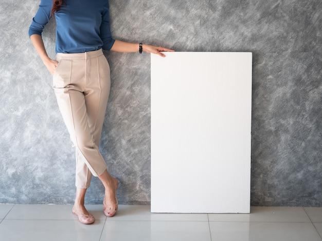 Азиатская женщина с белым знаменем копией пространства Premium Фотографии