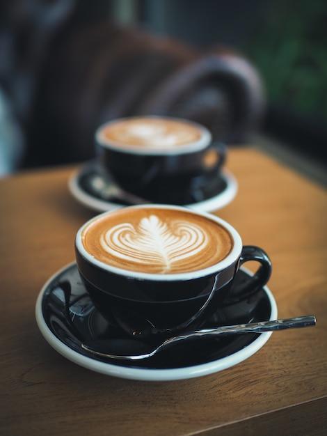 カフェでコーヒーエスプレッソラテアート Premium写真