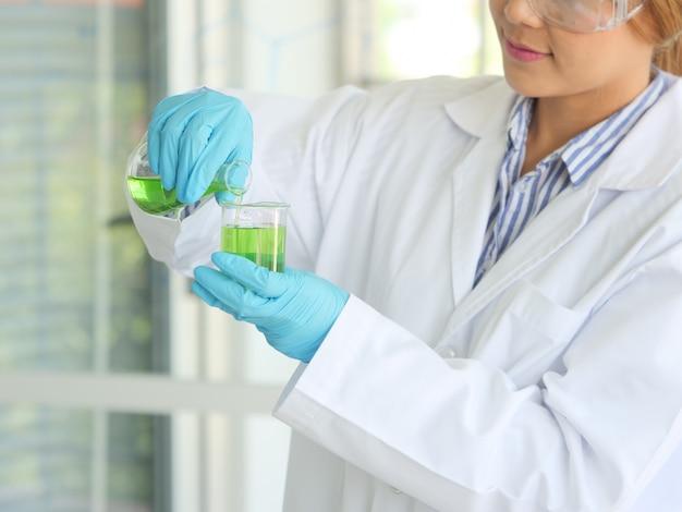 Ученый в лаборатории Premium Фотографии
