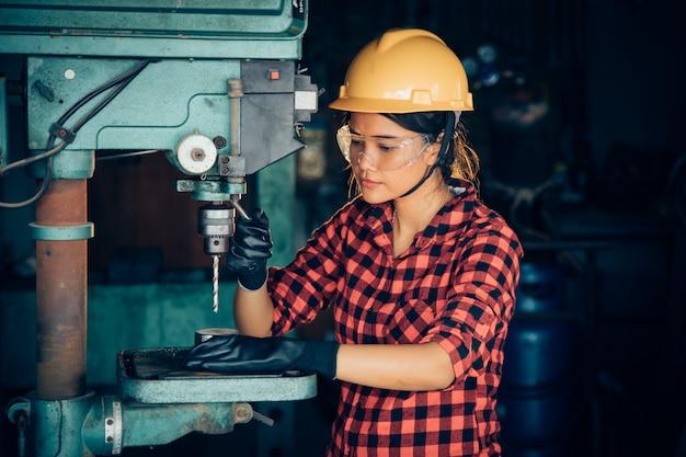 工場のエンジニアと働く女性の概念または女性の日のマシンで働くアジアの美しい女性 Premium写真