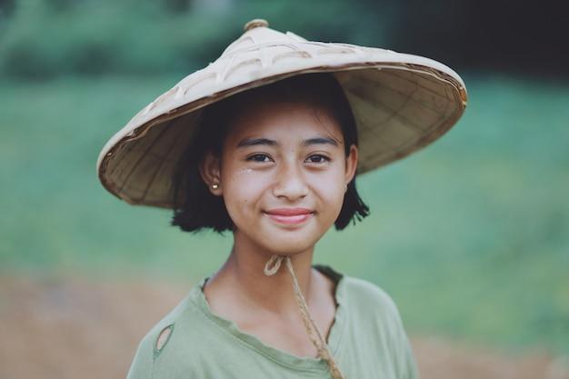 Портрет азиатской красивой бирманской девушки-фермера в мьянме Premium Фотографии