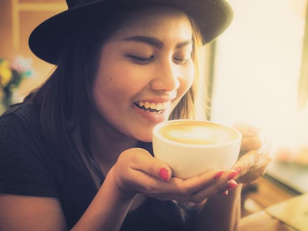 コーヒーカップと笑顔の女性 無料写真