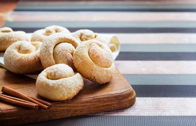 シナモンとカタツムリシュガークッキー Premium写真