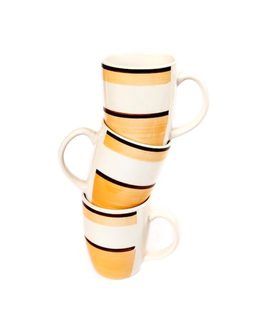 白い表面に分離されたマグカップのスタック Premium写真