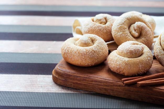 シナモン入りカタツムリシュガークッキー Premium写真