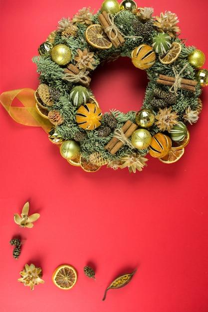 赤の背景にクリスマスデザイン要素。休日、新年のコンセプト Premium写真
