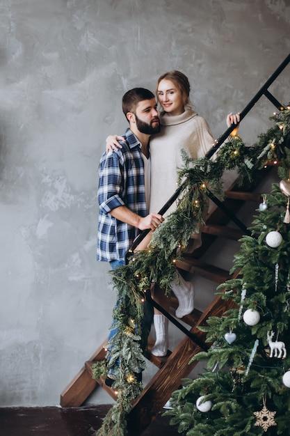 若い肯定的な白人カップルがハグし、居心地の良い寝室で一緒にリラックスします。肯定的な感情、セクシーなカップルのコンセプト Premium写真