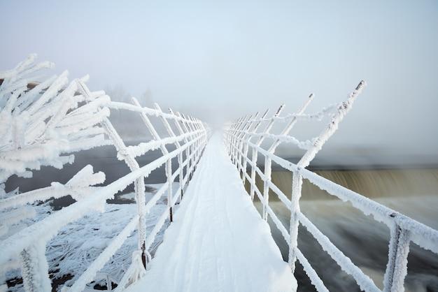 Подвесной мост в мороз Premium Фотографии