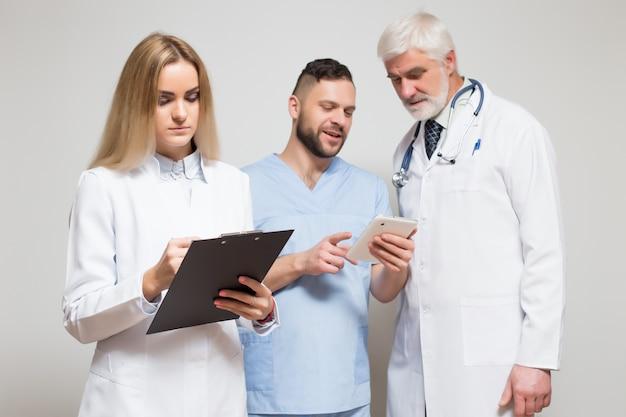 プロの病院スタジオ白い女性が探している 無料写真