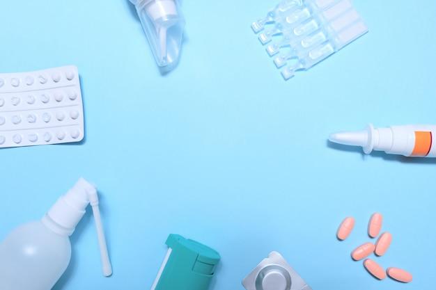 多くの錠剤と錠剤青の背景を持つフレーム Premium写真