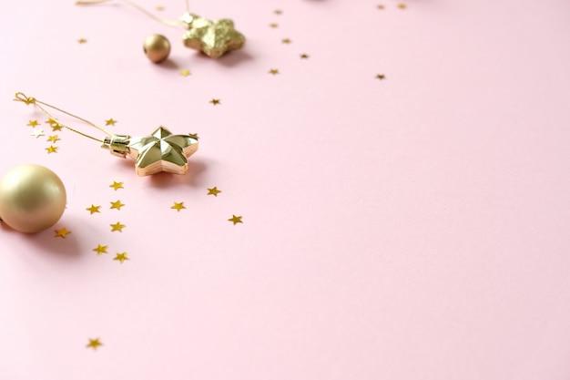 クリスマスの装飾とピンクのギフトボックス Premium写真