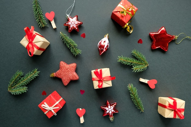 Новогоднее украшение с ветвями, звездами и подарочными коробками Premium Фотографии