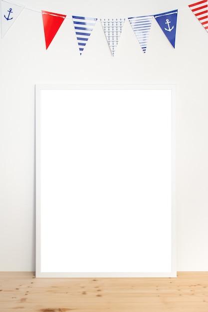 ガーランドと白い背景の白いフレームでポスターのモックアップします。 Premium写真
