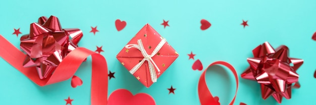 ネオミント背景に赤いバレンタインの要素 Premium写真