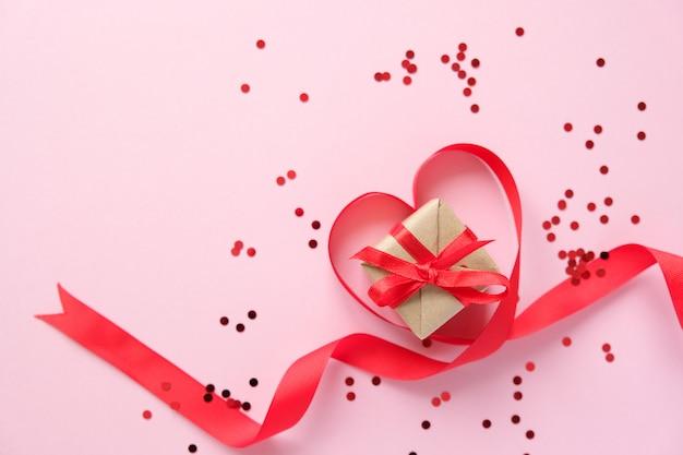 ピンクの背景に赤いバレンタインの要素 Premium写真