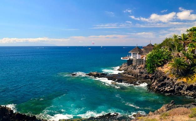 大西洋とコスタアデヘ、テネリフェ島、カナリア諸島の美しい景色。 Premium写真