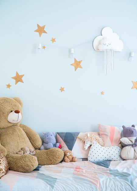 ブルーの色調の子供用寝室のインテリア。子供用のおもちゃと子供用の部屋の装飾。 Premium写真
