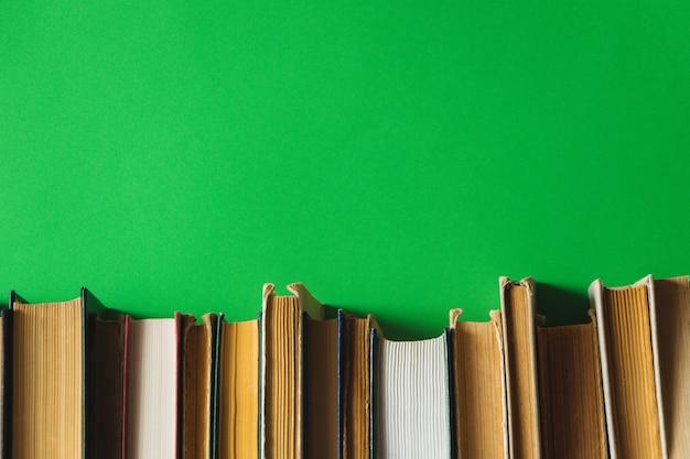 背景が緑色の棚の上の古い本 Premium写真