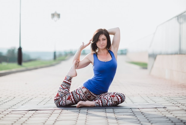 美しい女の子、スポーツ、ヨガ、トレーニング、フィットネス 無料写真