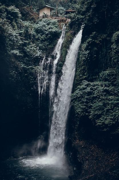 背景の滝、山 無料写真