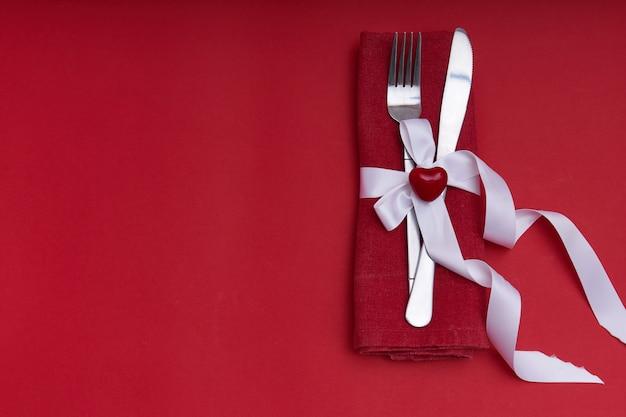 День святого валентина концепция серебряные столовые приборы с сердцем Premium Фотографии