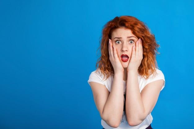 パンクのスタイルで混乱している赤い髪の少女。感情の。 Premium写真