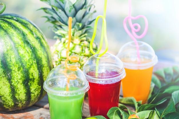 海の新鮮な健康ジュース、フルーツ、パイナップル、スイカ Premium写真