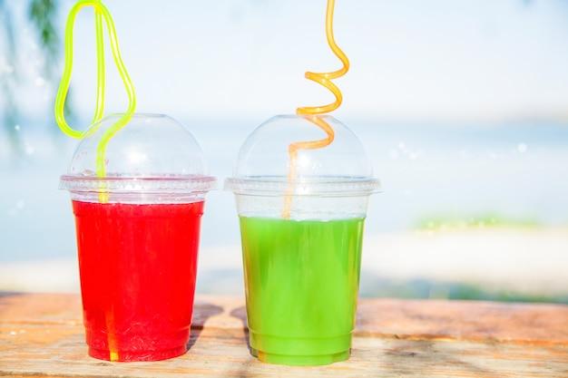 海の明るい新鮮な健康ジュース Premium写真