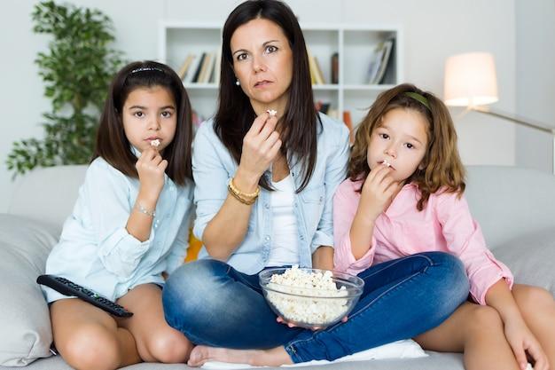 ポップコーンを食べる娘と母 Premium写真