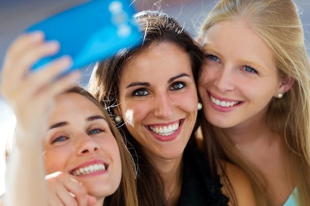自分撮りをする三つのガールフレンド 無料写真