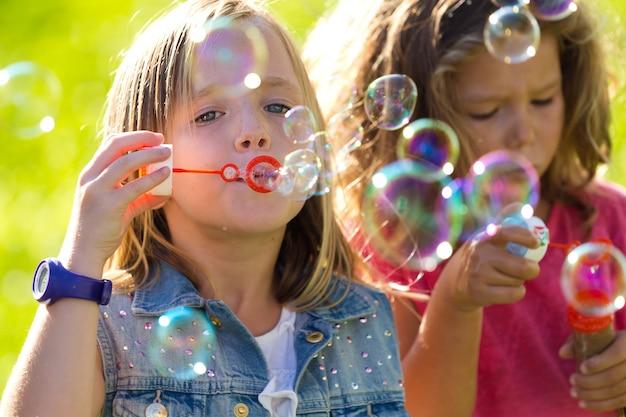 公園で楽しい子供たちのグループ。 無料写真
