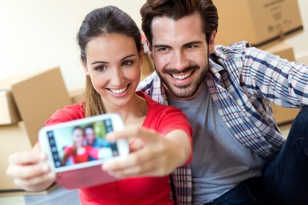 Молодая пара, занимающая себя в своем новом доме Бесплатные Фотографии