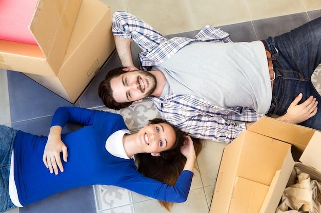 若いカップルが新しい家で動く 無料写真