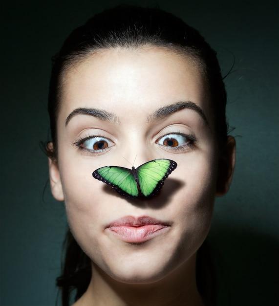 Картинки девушка с бабочкой на носу
