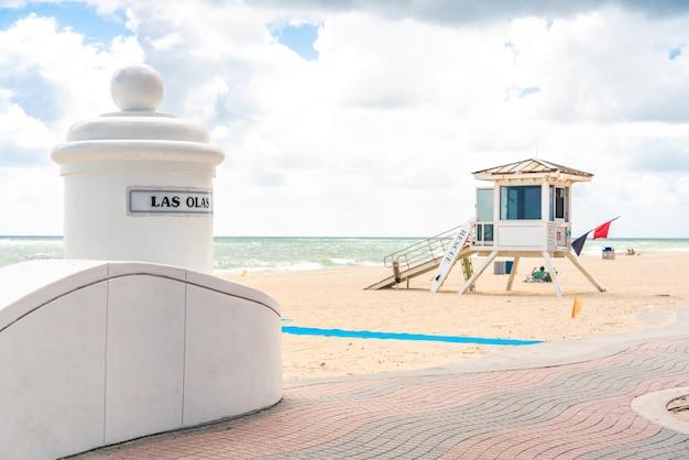 フロリダ州フォートローダーデールのサウスビーチのライフガードタワー Premium写真
