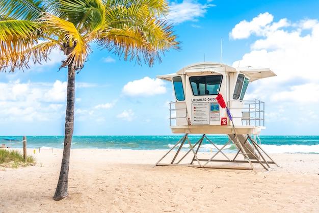 Башня спасателей на южном пляже в форт-лодердейл, флорида, сша Premium Фотографии