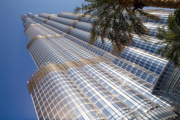Башня бурдж халифа исчезает в голубом небе в дубае Premium Фотографии