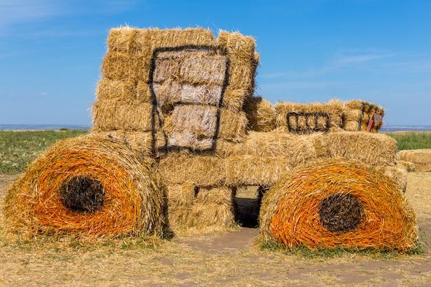 Большой сено-соломенный трактор для украшения Premium Фотографии