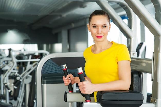 フィットネス運動をしている若いかなり筋肉の女性。 Premium写真