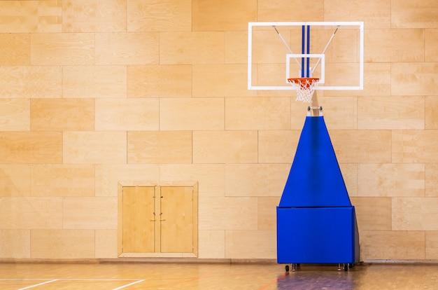 Баскетбольная площадка с подвижной подвижной корзиной с копией пространства Premium Фотографии
