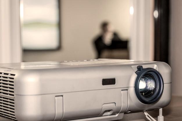 Проектор на офисном столе Premium Фотографии