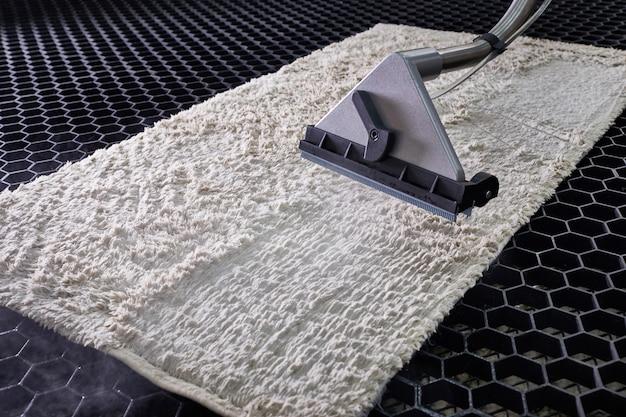 洗濯サービスにおける専門的な抽出方法によるカーペットの化学洗浄 Premium写真