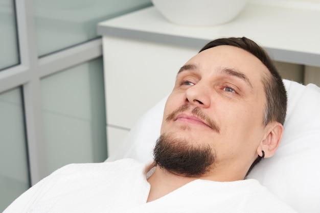 美容クリニックで治療を受ける準備ができている男 Premium写真