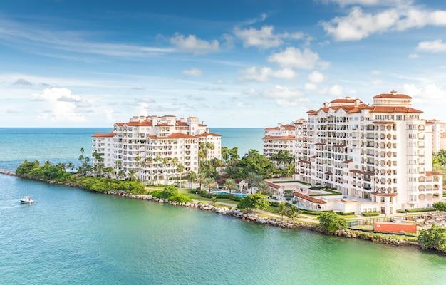 フィッシャー島のアパートの空中ドローンビュー Premium写真