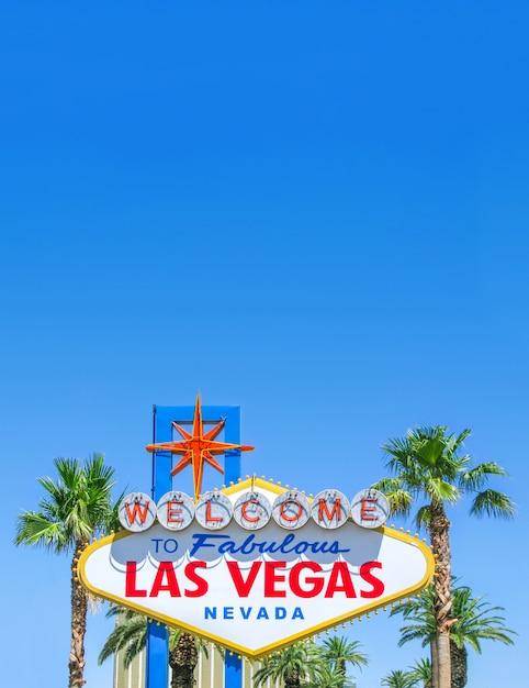 青空の背景とコピースペースで明るい晴れた日に有名なラスベガスのサイン Premium写真