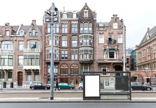 ヨーロッパの町の道端にブランクの看板 Premium写真