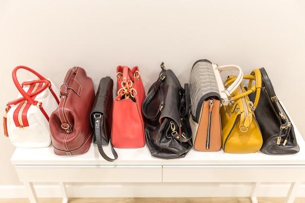 行の棚の上に立っているおしゃれなバッグのコレクション Premium写真