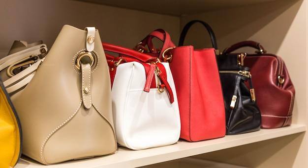 Коллекция различных сумок в женском шкафу Premium Фотографии