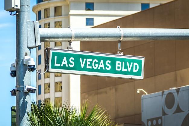 ラスベガスブルバード通りと道路標識 Premium写真