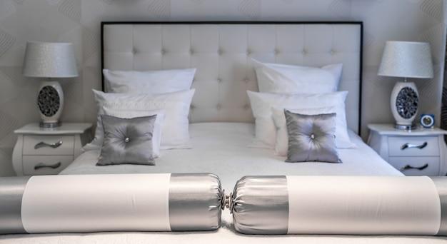 キングサイズのベッド Premium写真